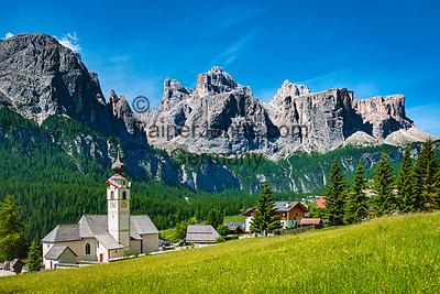 Italien, Suedtirol (Trentino-Alto Adige), Kolfuschg (Colfosco in Badia): mit Pfarrkirche vor Sellagruppe   Italy, South Tyrol (Trentino-Alto Adige), Colfosco in Badia: with parish church and Sella Group