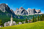 Italien, Suedtirol (Trentino-Alto Adige), Kolfuschg (Colfosco in Badia): mit Pfarrkirche vor Sellagruppe | Italy, South Tyrol (Trentino-Alto Adige), Colfosco in Badia: with parish church and Sella Group