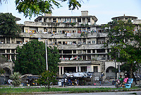 MOZAMBIQUE, Beira, Grande Hotel, five star luxury hotel, opened 1955 during portuguese colonial time, during civil war used by  army, police and as prison, since 1981 occupied by 2000-3000 squatters / MOSAMBIK, Beira, Grand Hotel Beira, wurde 1955  in der portugiesischen Kolonialzeit eroeffnet, im Buergerkrieg wurde es durch Armee, Polizei und als Gefaengnis genutzt, seit 1981 wird es von 2000-3000 Obdachlosen ohne Strom-, Abwasser- und Wasserversorgung bewohnt