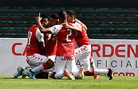 BOGOTA - COLOMBIA, 25-09-2021: Jhon Velasquez de Independiente Santa Fe celebra con sus compañeros de equipo el tercer gol anotado a Envigado F. C. durante partido de la fecha 11 entre Independiente Santa Fe y Envigado F. C. por la Liga BetPlay DIMAYOR II 2021, en el estadio Nemesio Camacho El Campin de la ciudad de Bogota. / Jhon Velasquez of Independiente Santa Fe celebrates with his teammates the third goal scoring to Envigado F. C. during a match of the 11th date between Independiente Santa Fe and Envigado F. C., for the BetPlay DIMAYOR II 2021 League at the Nemesio Camacho El Campin Stadium in Bogota city. / Photo: VizzorImage / Luis Ramirez / Staff.