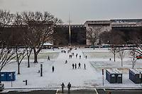 Smithsonian National gallery gente passeggia nei giardini innevati