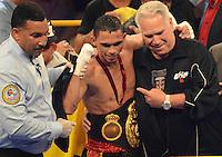 BARRANQUILLA-COLOMBIA- 24-10-2014. Darleys Pérez, boxeador colombiano, con nocaut en el sexto asalto, retiene su título mundial interino del peso ligero de la AMB ante el venezolano Jaider Parra, en pelea realizada este viernes por la noche en el coliseo de la Universidad del Norte de Barranquilla, en el marco de la velada 'Nocaut a las drogas'./ Darleys Perez, Colombian boxer with knockout in the sixth assault, retains its interim world lightweight title WBA against Venezuelan Jaider Parra, in a fight on Friday night at the Coliseum at the University of North, as part of the evening 'Knock on drugs'. Photo: VizzorImage/Alfonso Cervantes/STR