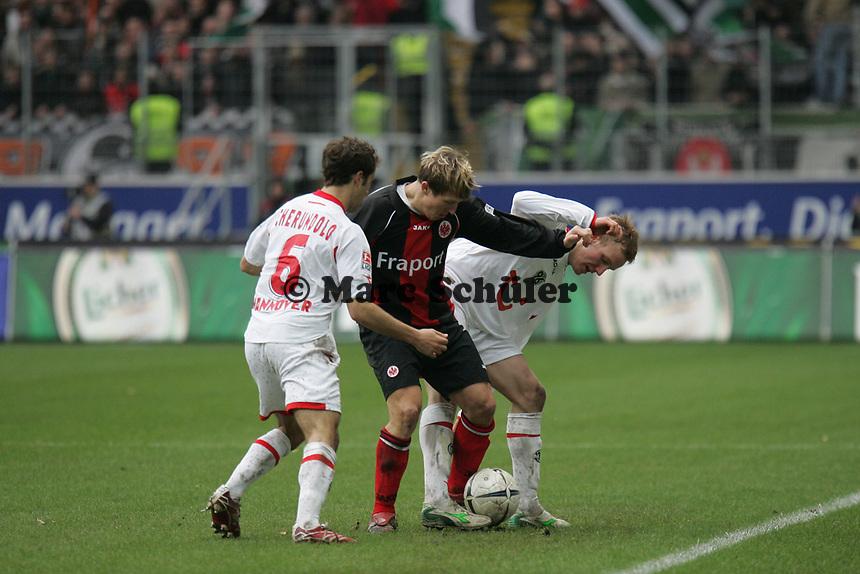 Steven Cherundolo und Jan Rosenthal (beide Hannover 96) im Zweikampf mit Christoph Spycher (Eintracht Frankfurt)
