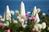Europe/France/Rhône-Alpes/74/Haute Savoie/ Evian: Bateau sur le Lac Léman vu depuis les jardins du Royal Hôtel