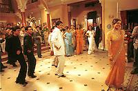 INDIEN Bombay , Bollywood Filmproduktion Baghban mit Superstar Amitabh Bachchan und Hema Malini in einem Filmstudio in der Filmcity Goregoan / INDIA Mumbai Bombay, Bollywood, film set for Baghban in studio in filmcity Goregoan with movie star Amitabh Bachchan and Hema Malini