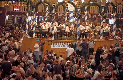 Deutschland, Bayern, Oberbayern, Muenchen: Oktoberfest - im Loewenbraeu Bierzelt | Germany, Bavaria, Upper Bavaria, Munich: October Festival - inside Lowenbrau Bierzelt