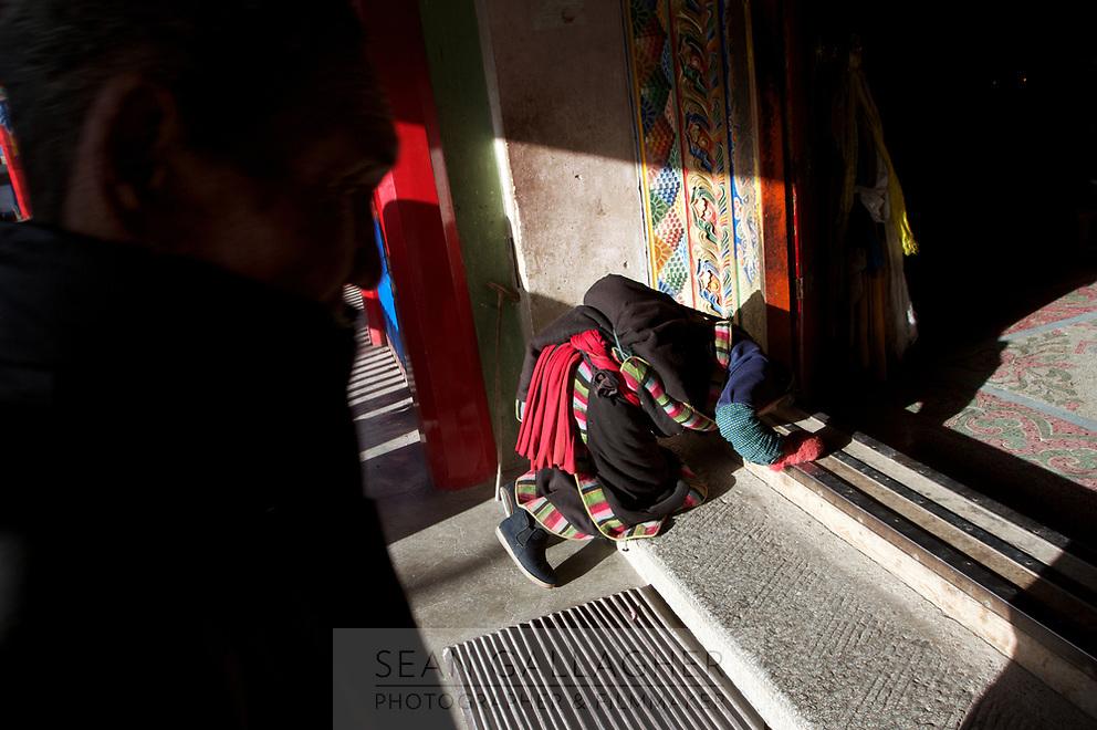A Tibetan pilgrim at the door of Labrang monastery (Chinese Name - Xiahe) on the Qinghai-Tibetan Plateau. China