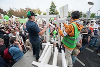 """Ca. 2.000 Menschen beteiligten sich am Samstag den 20. September 2014 in Berlin am sog. """"Marsch fuer das Leben"""" des konservativ-christlichen Bundesverband Lebensrecht e.V. Die Teilnehmer das Marsches waren zum Teil aus Holland, Gross Britannien, den USA und Polen angereist. Martin Lohmann, Vorsitzender des Vereins, begruesste unter den Anwesenden ausdruecklich die rechte AfD-Politikerin Beatrice von Storck.<br /> Der Marsch wurde lautstark von Frauenorganisationen und linken Gruppen begleitet. Mehrfach kam es zu kurzen Sitzblockaden, so dass die Marschroute geaendert werden musste. Die Polizei raeumte die Sitzblockaden mit Schlaegen, Tritten und eigens fuer diesen Zweck erprobten Schmerzgriffen.<br /> Im Bild: Holzkreuze werden die an die Teilnehmer des Marsches verteilt.<br /> 20.9.2014, Berlin<br /> Copyright: Christian-Ditsch.de<br /> [Inhaltsveraendernde Manipulation des Fotos nur nach ausdruecklicher Genehmigung des Fotografen. Vereinbarungen ueber Abtretung von Persoenlichkeitsrechten/Model Release der abgebildeten Person/Personen liegen nicht vor. NO MODEL RELEASE! Don't publish without copyright Christian-Ditsch.de, Veroeffentlichung nur mit Fotografennennung, sowie gegen Honorar, MwSt. und Beleg. Konto: I N G - D i B a, IBAN DE58500105175400192269, BIC INGDDEFFXXX, Kontakt: post@christian-ditsch.de<br /> Urhebervermerk wird gemaess Paragraph 13 UHG verlangt.]"""