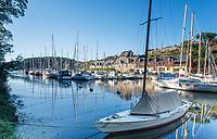 France, Morbihan, La Roche Bernard, yacht harbour along the Quai Saint Antoine // France, Morbihan (56), La Roche-Bernard, port le long du quai Saint-Antoine