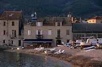 Europe/Croatie/Dalmatie/ Ile de Vis/ Komiza / Maisons d'un hameau de pêcheurs sur la côte adriatique