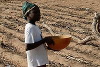 "Afrika Westafrika Burkina Faso .vertrockneter ausgelaugter Boden , Junge mit Wasserschale - Wassermangel Abholzung Wuestenbildung Afrikaner afrikanisch xagndaz | .Africa west-africa Burkina Faso dry field and boy with water bowl.  -  agriculture water  .| [ copyright (c) Joerg Boethling / agenda , Veroeffentlichung nur gegen Honorar und Belegexemplar an / publication only with royalties and copy to:  agenda PG   Rothestr. 66   Germany D-22765 Hamburg   ph. ++49 40 391 907 14   e-mail: boethling@agenda-fototext.de   www.agenda-fototext.de   Bank: Hamburger Sparkasse  BLZ 200 505 50  Kto. 1281 120 178   IBAN: DE96 2005 0550 1281 1201 78   BIC: ""HASPDEHH"" ,  WEITERE MOTIVE ZU DIESEM THEMA SIND VORHANDEN!! MORE PICTURES ON THIS SUBJECT AVAILABLE!! ] [#0,26,121#]"