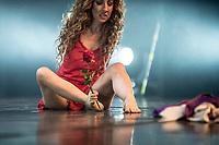 """Simona Atzori, nata senza braccia ha intrapreso la carriera di ballerina.""""Una stanza viola"""" è il suo nuovo spettacolo. Con lei  danzano le ballerine della sua compagnia di danza (SimonArte Dance Company) Mariacristina Paolini e Beatrice Mazzola e i danzatori del Teatro alla Scala di Milano Marco Messina e Salvatore Perdichizzi"""