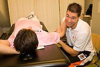 15-12-07, Netherlands, Rotterdam, Sky Radio Masters, Igor Sijsling ondergaat een fysiobehandeling van Edwin Visser