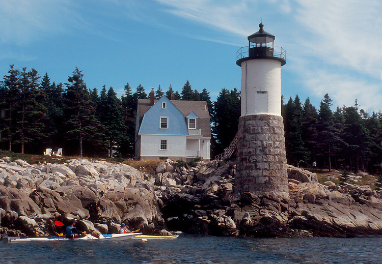 Maine Island Trail, Sea Kayakers, Robinson Point Light, Ille au haut, Acadia National Park, Maine, New England, Atlantic Ocean, .