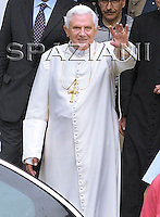 Aosta, 17:07:09. the Holy Father, falling at his residence in Les Combes suffered a compound fracture in his right wrist.. Perini hospital was operated by the surgeon of Aosta Amedeo Manuel Mancini..
