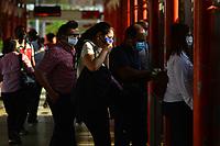 BARRANQUILLA - COLOMBIA, 27-04-2020: Barranquilleros acudieron al sistema de transporte masivo TransMetro hoy que se dió inicio a la reactivación parcial en la ciudad de Barranquilla durante el día 35 de la cuarentena total en el territorio colombiano causada por la pandemia  del Coronavirus, COVID-19. / The people of Barranquilla go to the mass transportation system, TransMetro, today at the beginning of the partial revival activity in the city during the day 35 of total quarantine in Colombian territory caused by the Coronavirus pandemic, COVID-19. Photo: VizzorImage / Alfonso Cervantes / Cont