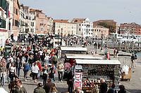 Passeggiata lungo la Riva degli Schiavoni, a Venezia.<br /> People crowd the Riva degli Schiavoni in Venice.<br /> UPDATE IMAGES PRESS/Riccardo De Luca