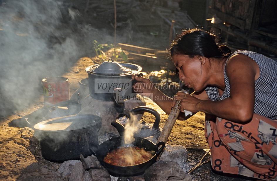Asie/Birmanie/Myanmar/Haute Birmanie/Mandalay: Dans le village portuaire une femme birmane cuisinant