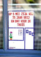 Nederland  Zaandam - 2020. 5 mei poster aan een raam.  Foto Berlinda van Dam / HH / ANP