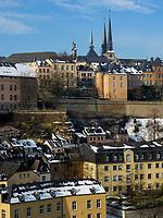 Blick über Grund auf Altstadt mit Kathedrale<br /> , Luxemburg-City, Luxemburg, Europa, UNESCO-Weltkulturerbe<br /> Historic city and cathedral seen from Grund, Luxembourg City, Europe, UNESCO Heritage Site