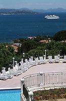 """Europe/France/Provence-Alpes-Côte d'Azur/83/Var/Saint-Tropez: Vue sur le golfe depuis la terrasse et la piscine de la villa """"Belrose"""""""