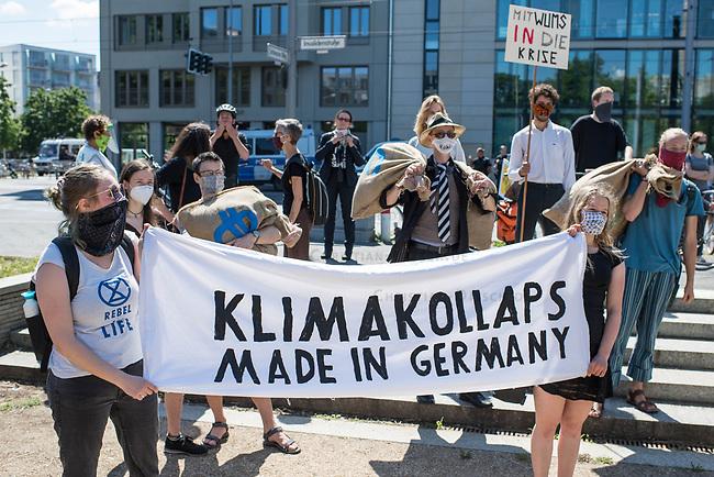"""Die Klima- und Umweltschutzorganisation Extinction Rebellion (XR) protestiert ab Montag den 15. Juni 2020 eine Woche lang in Deutschland in Berlin mit verschiedenen Aktionen mit einer sog. """"Rebellionswelle"""" unter dem Motto """"#WeiterSoWarGestern"""" fuer einen besseren Klimaschutz und ein Umdenken in der Klimapolitik. Die Aktionen sollen sich unter anderem an Konzerne, Regierungen und Lobbyverbaende richten. Geplant sind auch unangemeldete Aktionen des zivilen Ungehorsams.<br /> Im Bild: Klimaaktivisten mit satirischen Parolen in Berlin.<br /> 15.6.2020, Berlin<br /> Copyright: Christian-Ditsch.de<br /> [NUR FUER REDAKTIONELLE ZWECKE! Werbung nur auf Anfrage beim Fotografen. Inhaltsveraendernde Manipulation des Fotos nur nach ausdruecklicher Genehmigung des Fotografen. Vereinbarungen ueber Abtretung von Persoenlichkeitsrechten/Model Release der abgebildeten Person/Personen liegen nicht vor. NO MODEL RELEASE! Don't publish without copyright Christian-Ditsch.de, Veroeffentlichung nur mit Fotografennennung, sowie gegen Honorar, MwSt. und Beleg. Konto: I N G - D i B a, IBAN DE58500105175400192269, BIC INGDDEFFXXX, Kontakt: post@christian-ditsch.de<br /> Bei der Bearbeitung der Dateiinformationen darf die Urheberkennzeichnung in den EXIF- und  IPTC-Daten nicht entfernt werden, diese sind in digitalen Medien nach §95c UrhG rechtlich geschuetzt. Der Urhebervermerk wird gemaess §13 UrhG verlangt.]"""