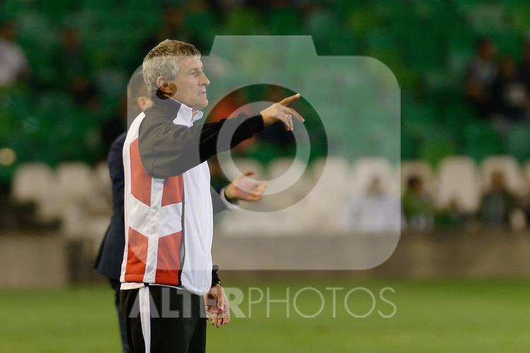 Sevilla, España, 15 de octubre de 2014: El entrenador del Lugo Enrique Setien dando instrucicones a sus jugadores durante partido entre Real Betis y Lugo correspondiente a la jornada 5 de la Copa del Rey 2014-2015 celebrado en el estadio Benito Villamarain de Sevilla.
