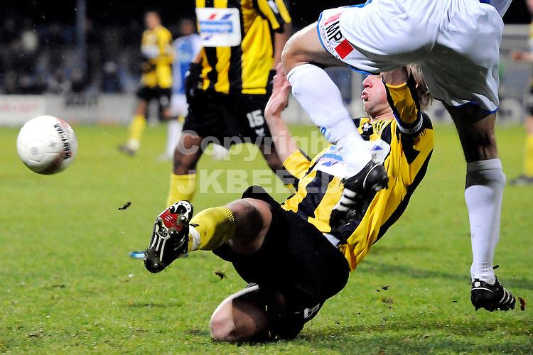 voetbal bv veendam - fc den bosch jupiler leaque seizoen 2008-2009 19-12-2008  niek loohui stort zich in duel.