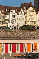 France, Pas-de-Calais (62), côte d'Opale, Le Touquet, cabines de plage et maisons du front de  mer // France, Pas de Calais, Cote d'Opale, Le Touquet, beach huts and line of sea front houses