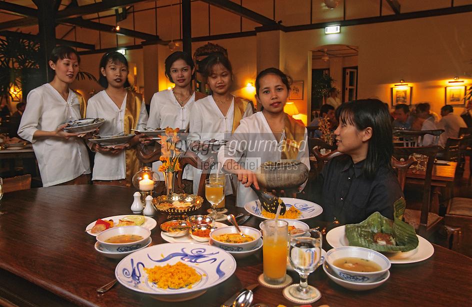 """Asie/Singapour/Singapour: Restaurant """"Alkaff Mansion"""": Jeunes filles en costume """"Kebaya """" servant dans une demeure des années 20"""