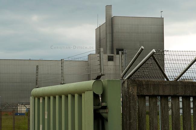 Stillgelegtes Atomkraftwerk Wuergassen in NRW<br />Im Januar 1968 wuerde mit dem Bau des Atomkraftwerkes begonnen. Der Bau wurde von erheblichen Protesten oertlicher Buergerinitiativen begleitet.<br />Vom November 1971 ging das AKW als erstes kommerziell genutztes Atomkraftwerk Deutschlands  in Betrieb. Im August 1994 wurde das AKW abgeschaltet, nach dem der TUEV Risse im Kernmantel entdeckt hatte. Der sogenannte Rueckbau soll nach Angeben des Betreibers e.on bis zum Jahr 2014 abgeschlossen sein, der dabei anfallende radioaktive Schrott soll im Atommuelllager Schacht Konrad entsorgt werden.<br />30.5.2009, Wuergassen/NRW<br />Copyright: Christian-Ditsch.de<br />[Inhaltsveraendernde Manipulation des Fotos nur nach ausdruecklicher Genehmigung des Fotografen. Vereinbarungen ueber Abtretung von Persoenlichkeitsrechten/Model Release der abgebildeten Person/Personen liegen nicht vor. NO MODEL RELEASE! Don't publish without copyright Christian Ditsch/version-foto.de, Veroeffentlichung nur mit Fotografennennung, sowie gegen Honorar, MwSt. und Beleg. Konto: Konto: I N G - D i B a, IBAN DE58500105175400192269, BIC INGDDEFFXXX, Kontakt: post@christian-ditsch.de Urhebervermerk wird gemaess Paragraph 13 UHG verlangt.]