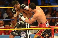 BARRANQUILLA-COLOMBIA- 24-10-2014. Darleys Pérez (Der), boxeador colombiano, con nocaut en el sexto asalto, retiene su título mundial interino del peso ligero de la AMB ante el venezolano Jaider Parra (Izq), en pelea realizada este viernes por la noche en el coliseo de la Universidad del Norte de Barranquilla, en el marco de la velada 'Nocaut a las drogas'./ Darleys Perez (R), Colombian boxer with knockout in the sixth assault, retains its interim world lightweight title WBA against Venezuelan Jaider Parra (L), in a fight on Friday night at the Coliseum at the University of North, as part of the evening 'Knock on drugs'. Photo: VizzorImage/Alfonso Cervantes/STR