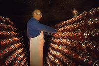 Europe/France/Pays de la Loire/Maine-et-Loire/Saumur : AOC Saumur - Remuage du pétillant rosé chez Gratien Meyer [Non destiné à un usage publicitaire - Not intended for an advertising use]