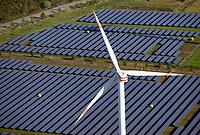 Windkraft und Sonnenkraft: EUROPA, DEUTSCHLAND, SCHLESWIG- HOLSTEIN, BRUNSBüTTEL  (GERMANY), 29.10.2019: Windkraft und Sonnenkraft