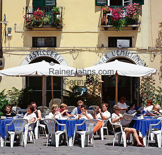 Italy, Tuscany, Lucca: Cafe scene in Piazza Anfiteatro | Italien, Toskana, Lucca: Cafe auf der Piazza Anfiteatro