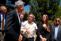 Lampedusa / Italia - 19 giugno 2011.Angelina Jolie ambasciatore per i diritti umani dell'UNHCR con l'alto commissario per i rifugiati Antonio Guterres e il cantante Claudio Baglioni in visita al centro di accoglienza per i rifugiati di Lampedusa..Foto Livio Senigalliesi