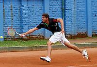 MANIZALES-COLOMBIA. 11-11-2014. El colombiano Hernan Ariza alista su raqueta para responder al manizaleño Alexander Pérez con quien perdió  6/4 6/1 en primera ronda del Torneo Copa Caldas, durante El Torneo Internacional de Tenis Copa Caldas, que entrega 15 mil dólares al ganador y puntos en la ATP. El torneo es del 8 al 15 de noviembre en Manizales./ Hernan Ariza of Colombia enlist his racket to answer the ball to manizaleño Alexander Perez with who lost 6/4 6/1 at first round of the Copa Caldas tournament. The event gives U$ 15.000 to the winner and point ATP and will be held between 8 to 15 of November 2014 in Manizales city. Photo: VizzorImage/Santiago Osorio/STR