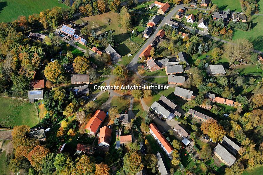 Rundling Klennow: EUROPA, DEUTSCHLAND,  NIEDERSACHSEN (EUROPE, GERMANY), 29.07.2012: Das Dorf Klennow, ein Rundling,  liegt westlich Luechow im Wendland. .Der Rundling, auch als Runddorf, Rundlingsdorf, Rundplatzdorf bezeichnet, ist eine im Mittelalter entstandene Siedlungsform mit kreis- oder hufeisenfoermigen Anordnung der Gehoefte um einen Platz, der  nur durch eine einzige Stichstraße erreichbar war..Der Verbreitungsraum des Rundlings erstreckt sich streifenfoermig zwischen der Ostsee und dem Erzgebirge in der Kontaktzone zwischen Deutschen und Slawen waehrend des Mittelalters. Gut erhalten haben sich Rundlingsdoerfer im hannoverschen Wendland.