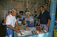 Europe/France/Corse/2A/Corse-du-Sud/Ajaccio : François Sallini et Mignel Serreri apportent leur pêche au marché au poisson [Non destiné à un usage publicitaire - Not intended for an advertising use]