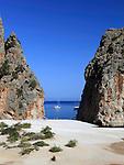 Spain, Mallorca, Sa Calobra: Platja de Torrent de Pareis   Spanien, Balearen, Mallorca, Sa Calobra: Torrent de Pareis -Erosionsschlucht-