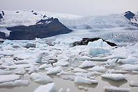 Gletschersee Fjallsárlón, Fjallsarlon, Gletscherlagune am Gletscher Fjallsjökull, Gletscherzunge, Gletschereis, Eis, Eisschollen, Vatnajökull National Park, Island, glacier lake, iceberg lagoon, glacier calving into the lagoon,  Iceland