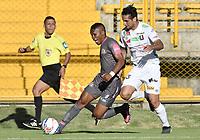 BOGOTÁ -COLOMBIA, 09-07-2017: Jhoaho Hinestroza (Izq) de Tigres FC disputa el balón con Marcos Acosta (Der) de Once Caldas durante partido por la fecha 1 de la Liga Águila II 2017 jugado en el estadio Metropolitano de Techo de la ciudad de Bogotá. / Jhoaho Hinestroza (L) player of Tigres FC fights for the ball with Marcos Acosta (R) player of Once Caldas during the match for the date 1 of the Aguila League II 2017 played at Metropolitano de Techo stadium in Bogotá city. Photo: VizzorImage/ Gabriel Aponte / Staff