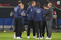 Der verletzte Torwart/Goalie Manuel Neuer (Deutschland Germany) mit seinen Mitspielern - Hamburg 08.10.2021: Deutschland vs. Rumänien, Volksparkstadion Hamburg