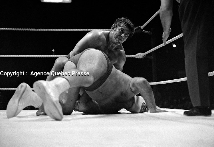 "Sujet : Combat  de lutte - Edouard Carpentier contre ""The Destroyer""<br /> Date : 7 novembre 1971<br /> <br /> Photographe :  © Agence Québec Presse, Fonds Photo Moderne"