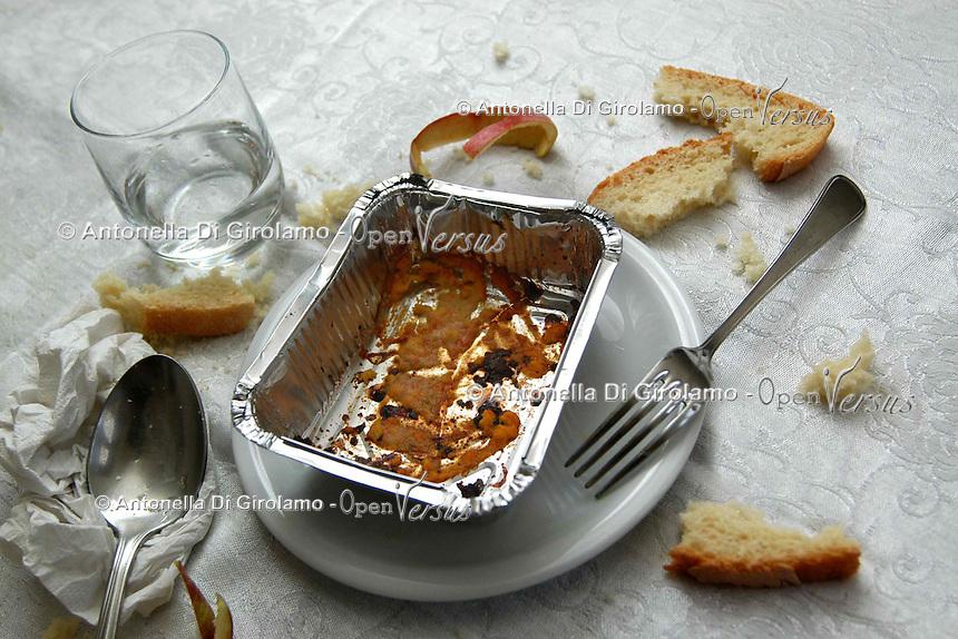 Avanzi di un pranzo nel contenitore di alluminio..Leftovers from a meal in the container of aluminum....