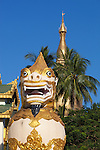Myanmar, (Burma), Yangon Region, Rangoon: Chinthe statue at entrance to the Shwedagon pagoda | Myanmar (Birma), Yangon-Division, Rangun: Chinthe Statue (loewenaehnliche Figur) am Eingang der Shwedagon Pagode