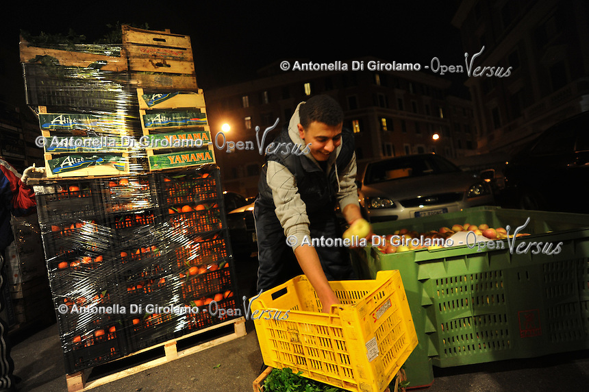 Discount di frutta e verdura gestito da immigrati egiziani. Discount of fruit and vegetables maintained by Egyptian immigrants.Scarico della merce...