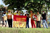 PEREIRA - COLOMBIA, 10–08-2021: Hinchas de Deportivo Pereira antes de partido de la fecha 4 entre Deportivo Pereira y Envigado F. C. por la Liga BetPlay DIMAYOR II 2021, jugado en el estadio Hernan Ramirez Villegas de la ciudad de Pereira. / Fans of Deportivo Pereira prior a match of 4th date between Deportivo Pereira and Envigado F. C. for the BetPlay DIMAYOR II 2021 League played at the Hernan Ramirez Villegas in Pereira city. / Photo: VizzorImage / Pablo Bohorquez / Cont.