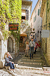 France, Provence-Alpes-Côte d'Azur, Saint-Paul de Vence: old town lane, medieval town residence of many artists and artisans, Marc Chagall lived here for 20 years, he is buried at the local cemetery | Frankreich, Provence-Alpes-Côte d'Azur, Saint-Paul de Vence: Altstadtgasse - viele Touristen besuchen dieses mittelalterliche Staedtchen, in dem viele Kuenstler und Kunsthandwerker leben, auch Marc Chagall lebte hier 20 Jahre lang, sein Grab befindet sich auf dem hiesigen Friedhof