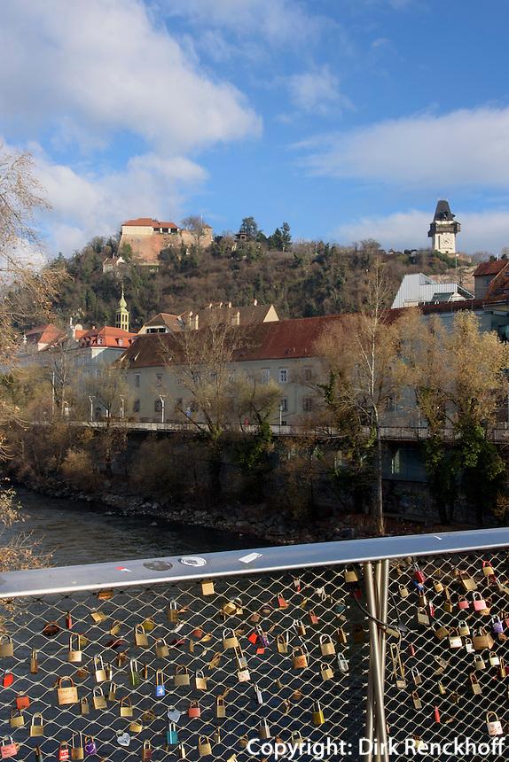 Schlossberg und Mur-Brücke mit Liebesschlössern, Graz, Steiermark, Österreich<br /> Castle hill and bridge of river Mur with love padlocks, Graz, Styria, Austria